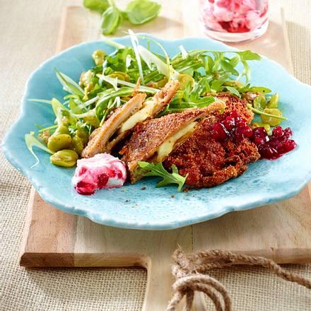 Nussiges Austernpilz Cordon bleu mit grünem Salat und zweierlei Preiselbeer-Soßen Rezept