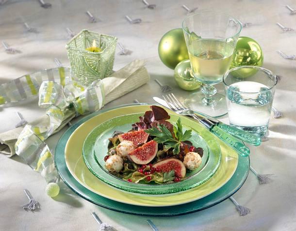 Nusskugeln und Feigen auf Salat Rezept