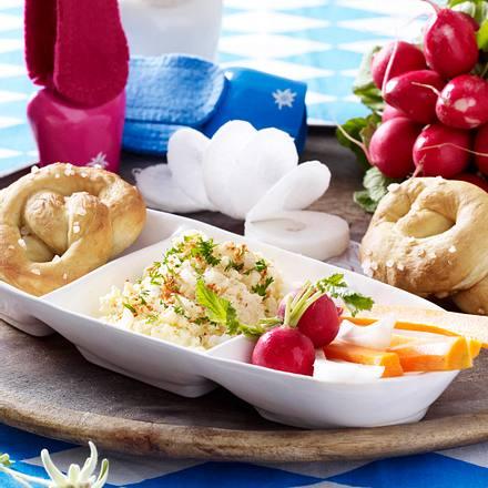 Obazda mit Mini-Brezeln und Gemüsesticks Rezept