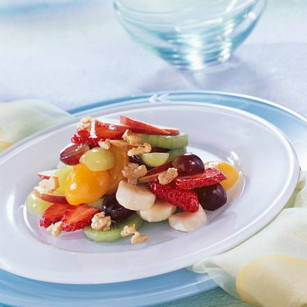 Obstsalat mit Bananen, Erdbeeren, Aprikosen,Kiwi, Äpfeln, Weintrauben, Walnüssen Rezept