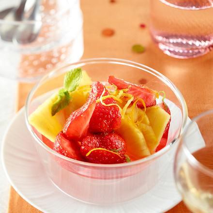 Obstsalat mit Erdbeeren und Zitronenmelisse Rezept