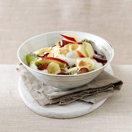 Obstsalat mit Honigquark und Mandeln Rezept