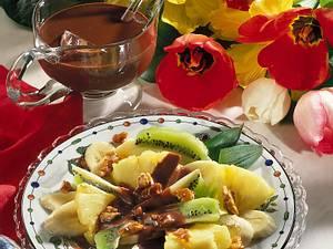 Obstsalat mit karamellisierten Walnüssen und Schokoladensoße Rezept
