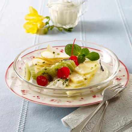 Obstsalat mit Karamellsoße und Vanille-Joghurtschaum Rezept