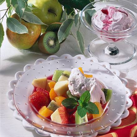 Obstsalat mit Kirschlikör-Sahne Rezept
