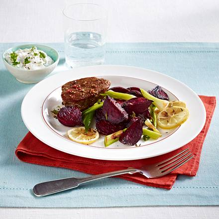 Ofen-Gemüse mit Steak und Lauchzwiebel-Creme Rezept
