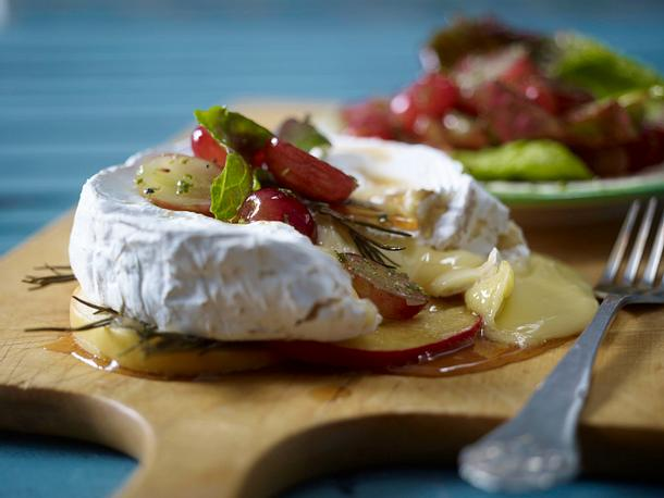 Ofencamembert mit Trauben-Rosmarin-Salat Rezept