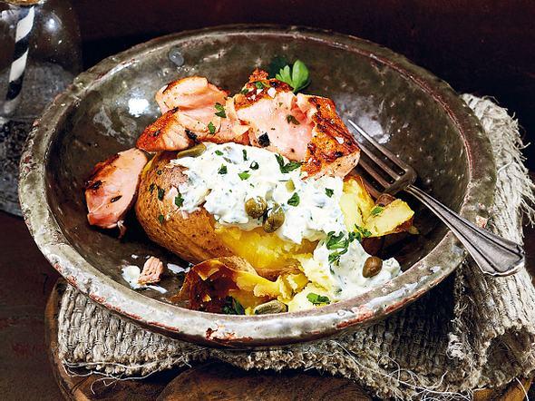 Ofenkartoffel deluxe mit Lachs & Schmandsoße Rezept