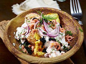 Ofenkartoffel Fischers Fritze mit Krabben und Kaviar Rezept