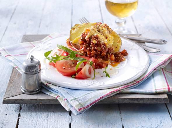 Ofenkartoffeln mit Bolognesesoße auf Rauke-Tomaten-Salat Rezept