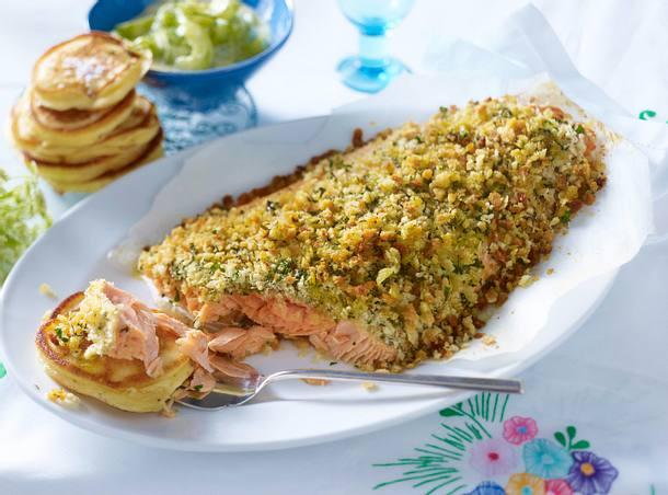 Ofenlachs mit Honig-Schmorgurken und Pancakes Rezept