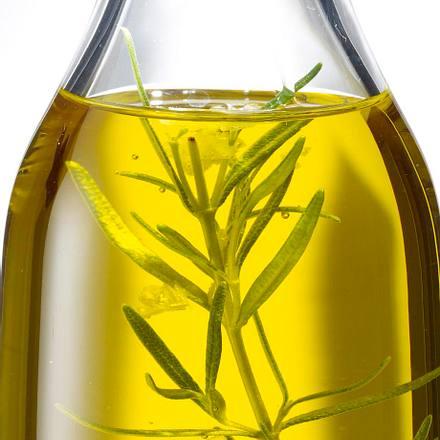 Olivenöl mit Lorbeer, getrockneten Tomaten und Pfeffer Rezept