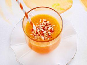Orangen-Papaya-Drink mit Ingwer und Haselnüssen Rezept