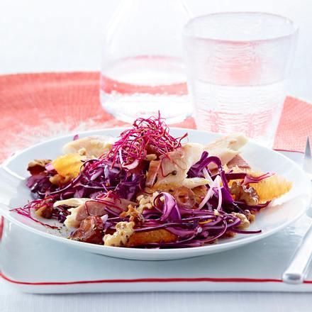 Orangen-Rotkohl-Salat mit Datteln und Forelle Rezept