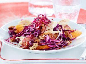 Orangen-Rotkohl-Salat mit Datteln und Räucherforelle Rezept