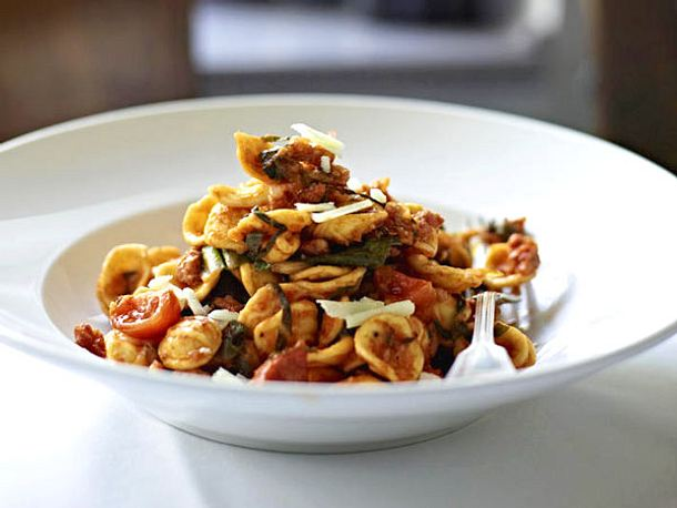 Orecchiette pugliesi mit Salsiccia und Mangold Rezept