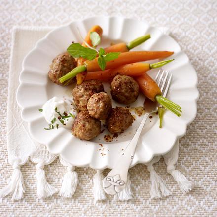 Orientalische Hackbällchen mit Joghurt-Dip und glasierten Möhren Rezept