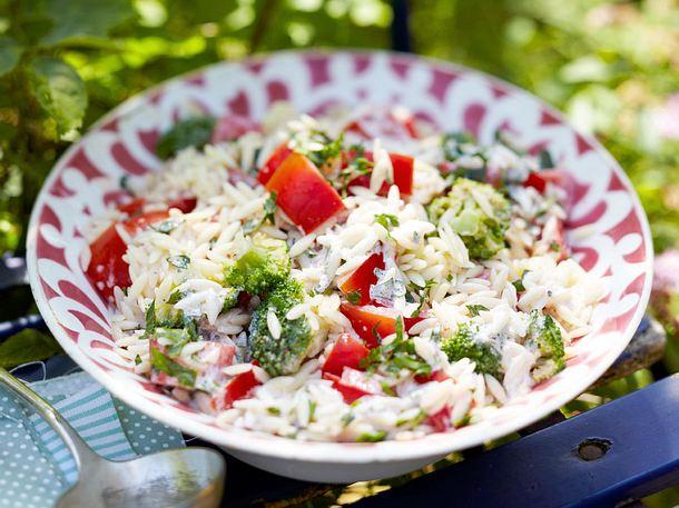 Orzo-Nudelsalat mit Brokkoli und Tomaten Rezept