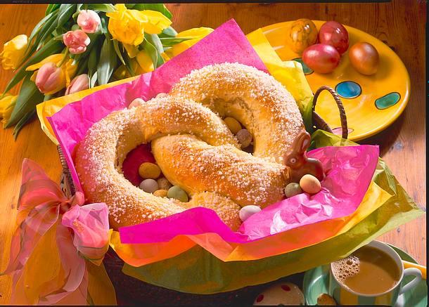 Osterbrezel mit Aprikosen-Marzipan-Füllung Rezept