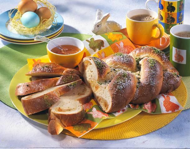 Osterzopf mit Marzipanfüllung Rezept