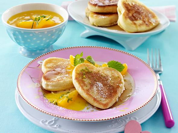 Pancake-Herzen mit Ahornsirup und Aprikosenkompott Rezept
