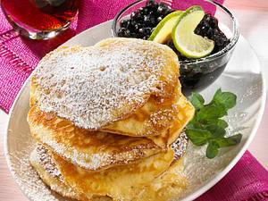 Pancakes mit Ahornsirup und Heidelbeeren Rezept