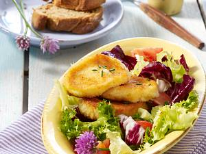 Panierte Mozzarella-Medaillons auf Salat Rezept