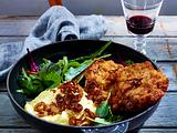 Panierte Rinderschnitzel mit Kartoffelpüree, karamellisierten Zwiebeln, Speck und Baby Leaf-Salat Rezept