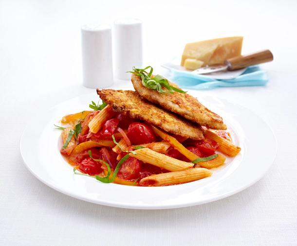Panierte Schweineschnitzel mit Gemüse und Penne Rezept