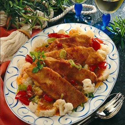 Panierte Seelachstranchen auf asiatischem Blumenkohl Rezept