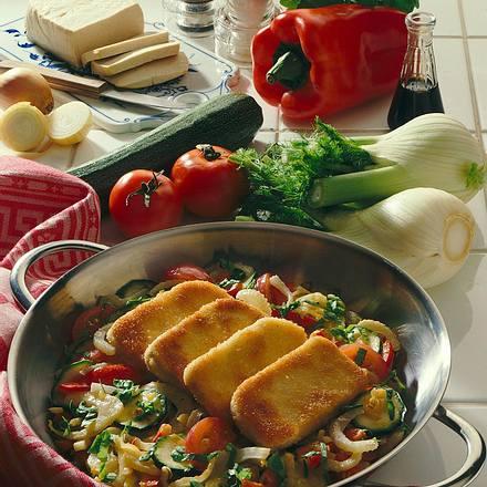 Panierte Tofuscheiben auf Gemüse Rezept