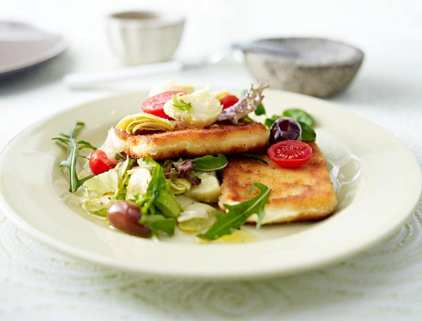 Panierter Fetakäse auf mediterranem Salat Rezept