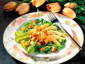 Papaya auf Salat mit knusprigen Brotwürfeln Rezept