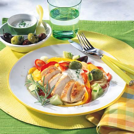 Paprika-Gurkensalat mit gebratenem Hähnchenfilet Rezept