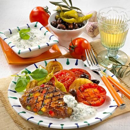 Paprika-Hacksteaks mit Gouda zu Grilltomaten und Zwiebeln Rezept
