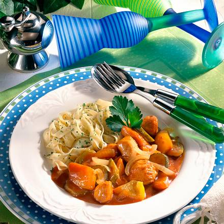 Paprika-Putengulasch mit Nudeln Rezept