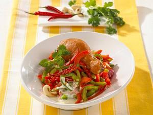 Paprikasalat mit Hähnchenkeulen Rezept