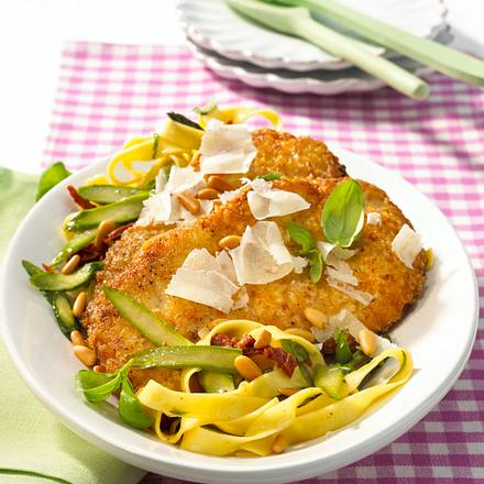 Parmesan-Schnitzel zu Gemüse-Nudeln Rezept