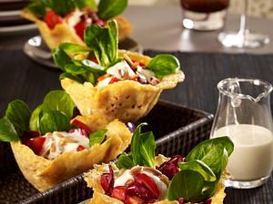 Parmesankörbchen mit Salat à la Caesar Rezept
