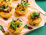 Parmesanmuffins mit Olivengremolata Rezept