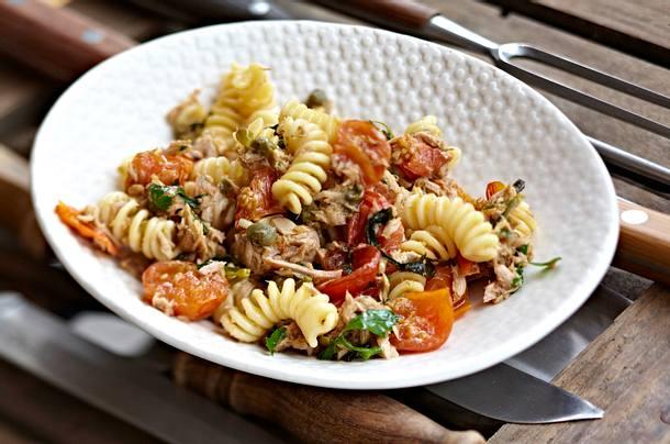 Pasta mit geschmolzenen Tomaten und Thunfisch