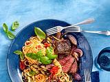 Pasta mit Paprikasoße, gegrillter Aubergine und Steakstreifen Rezept