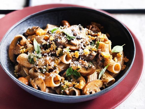 Pasta pronto mit Pilzen und Kräuterbröseln Rezept