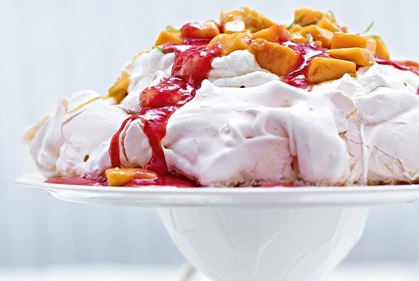 Pavlova mit Vanillesahne, Mango und Erdbeersoße Rezept