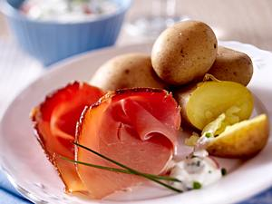 Pellkartoffeln mit Kräuterquark, Radieschen und Katenschinken Rezept