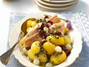 Pellkartoffelsalat mit Räucherforelle Rezept