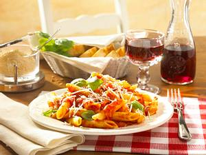 Penne Arrabiata mit geriebenem Parmesan Rezept