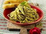 Pesto-Nudeln mit Focaccia Rezept