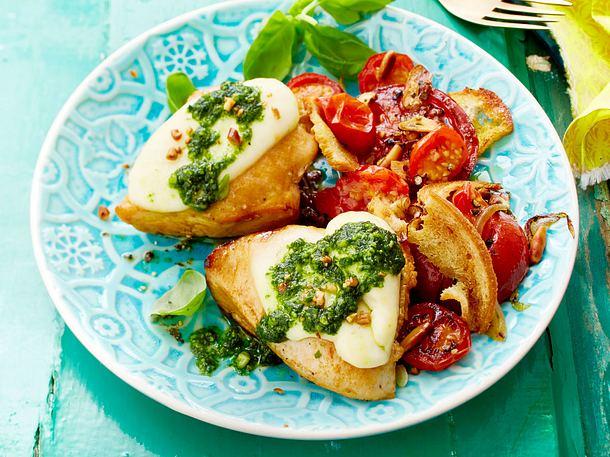 Pesto-Schnitzelchen mit Ofentomaten-Salat Rezept