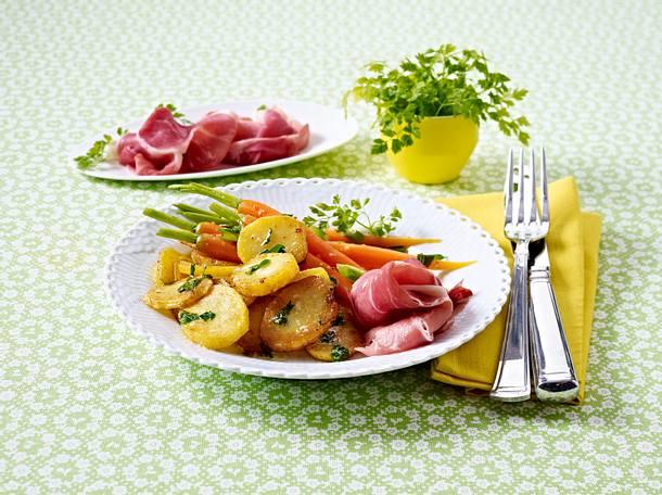 Petersilienkartoffeln mit glasierten Möhren und Katenschinken Rezept
